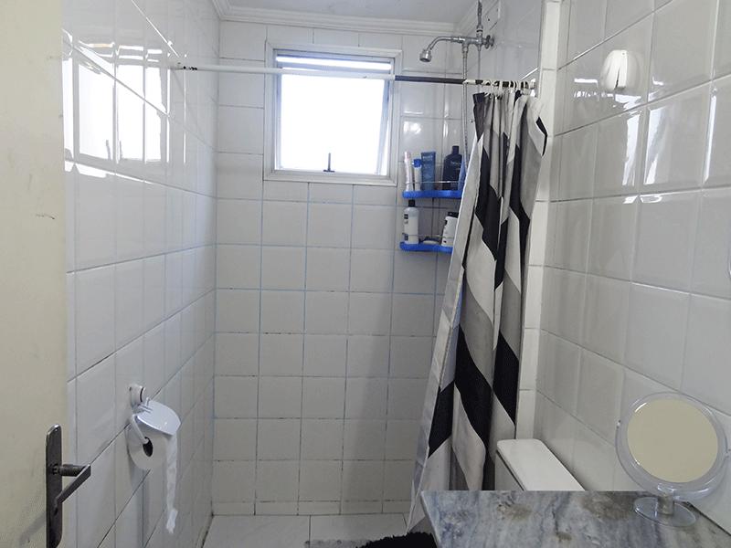Sacomã, Apartamento Padrão-Banheiro social com piso de cerâmica, teto com moldura de gesso e pia de mármore.