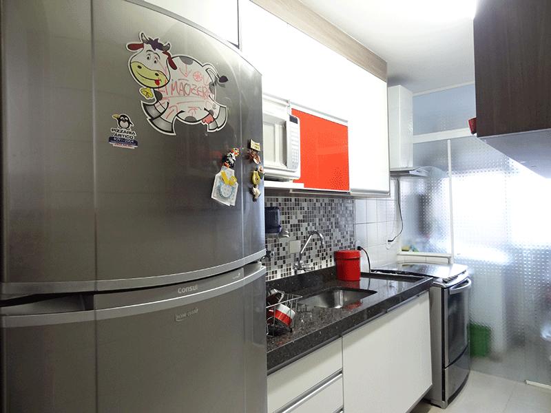 Sacomã, Apartamento Padrão-Cozinha com piso de porcelanato, teto com moldura de gesso, pia de granito com gabinete e armários planejados.