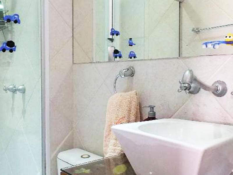 Ipiranga, Apartamento Conjugado-Banheiro social com piso de cerâmica, cuba sobreposta e box de vidro.