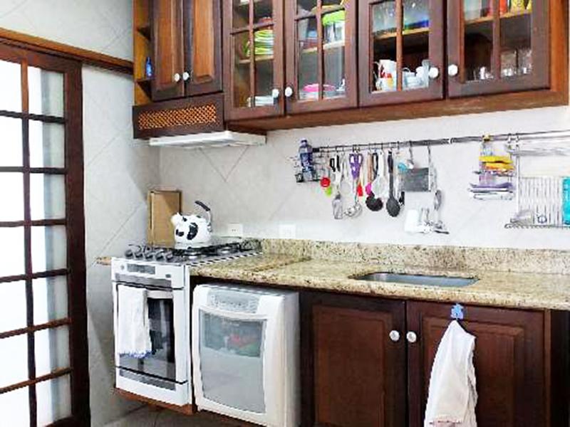 Ipiranga, Apartamento Conjugado-Cozinha com piso de cerâmica, teto rebaixado com iluminação embutida, pia de granito com gabinete e armários.