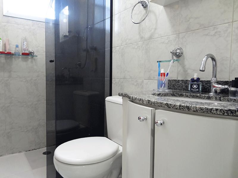 Sacomã, Apartamento Padrão-Banheiro da suíte com piso de cerâmica, teto rebaixado, pia de granito com gabinete e box de vidro.