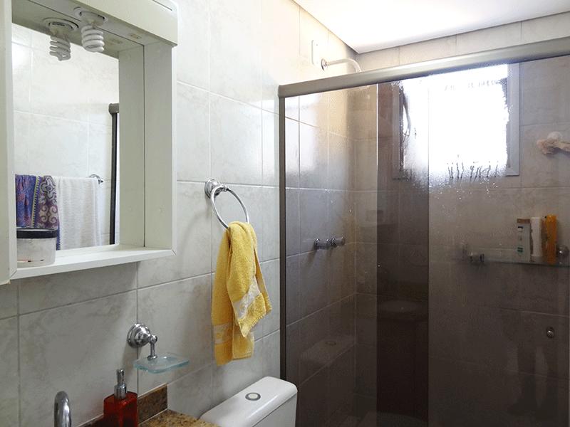 Sacomã, Apartamento Padrão-Banheiro social com piso de cerâmica, teto rebaixado, pia de granito com gabinete e box de vidro.