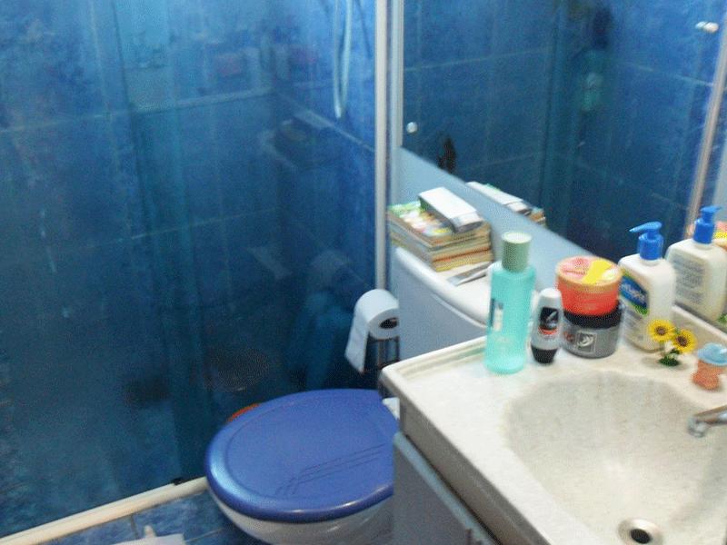 Sacomã, Apartamento Padrão-Banheiro com piso de cerâmica, pia com gabinete e box de vidro.