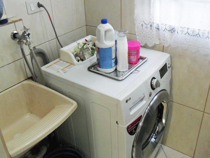 Sacomã, Apartamento Padrão-Área de serviço com piso de cerâmica e divisória sanfonada.