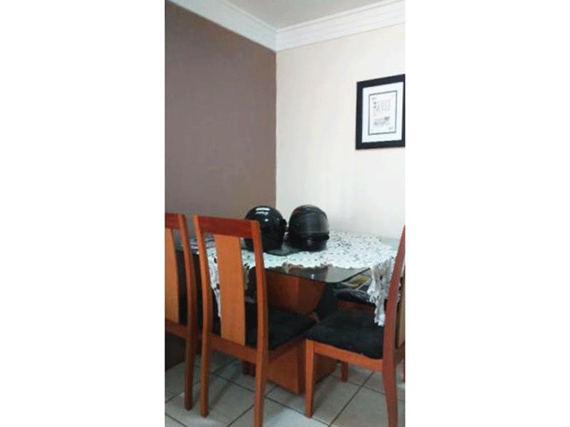 Sacomã, Apartamento Padrão-Sala com pios de cerâmica, teto com moldura de gesso e acesso à sacada.