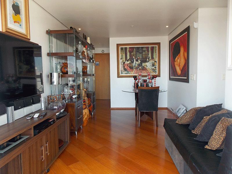 Cursino, Apartamento Padrão - Sala retangular com piso laminado, teto rebaixado, iluminação embutida e acesso à varanda.