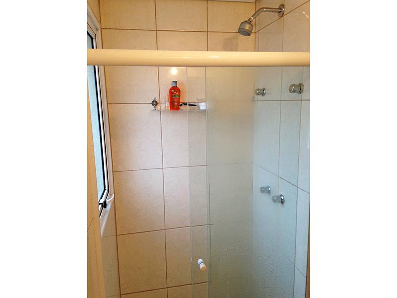 Sacomã, Apartamento Padrão-Banheiro da suíte com piso de cerâmica, pia de granito com gabinete, espelho e box de vidro.