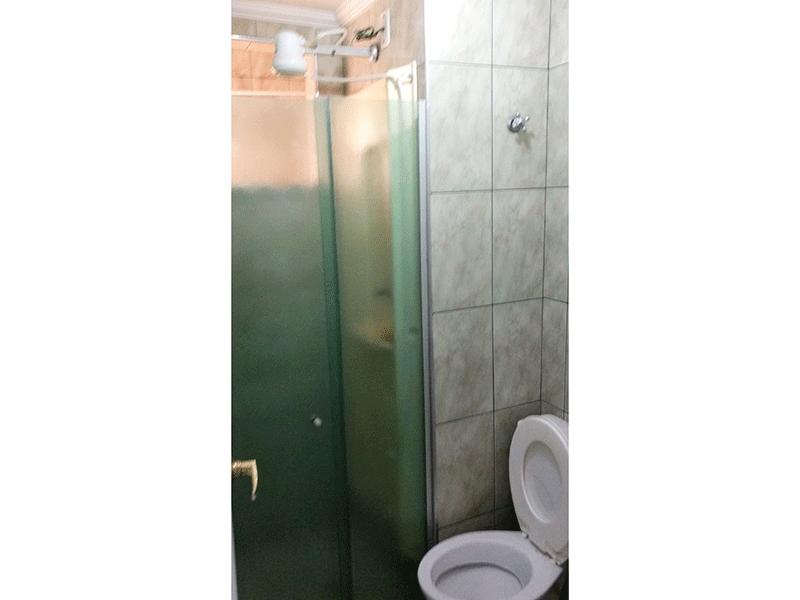 Sacomã, Apartamento Padrão-Banheiro social com piso de cerâmica, teto com moldura de gesso e box de vidro.