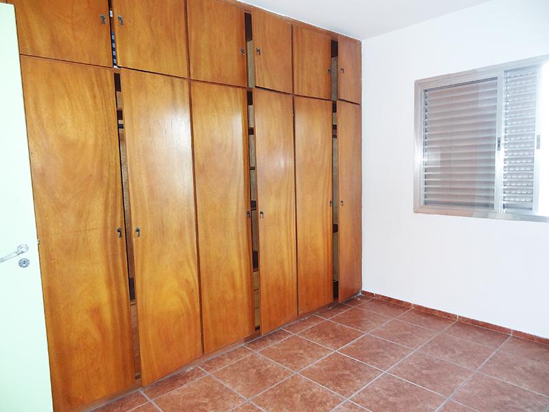 Ipiranga, Apartamento Padrão-Dormitório com piso de cerâmica e armários planejados.