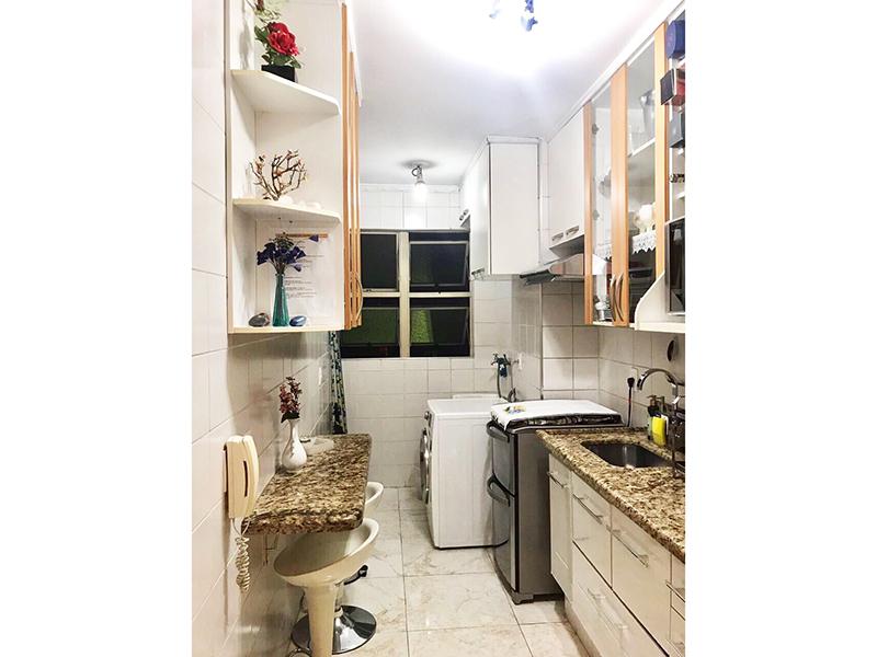 Ipiranga, Apartamento Padrão-Cozinha com piso de porcelanato, teto com moldura de gesso, pia de granito com gabinete e armários embutidos.