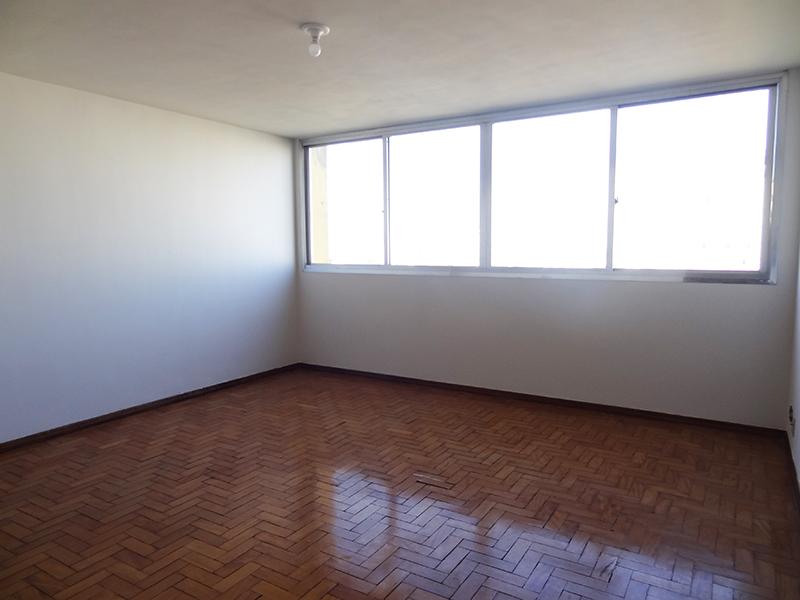 Cursino, Apartamento Padrão - Sala com piso de taco de madeira.