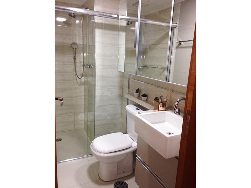 Jabaquara, Apartamento Padrão-Banheiro com piso de porcelanato, pia de mármore com cuba semiencaixe  e box de vidro.