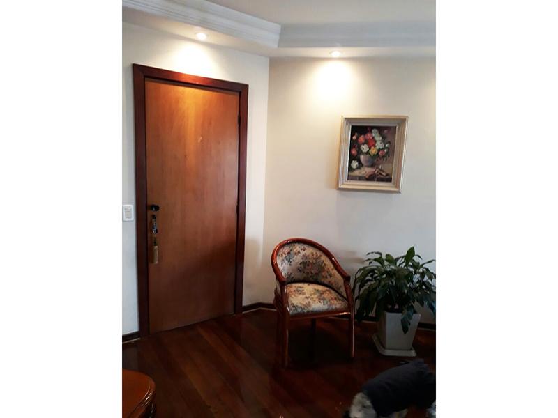 Ipiranga, Apartamento Padrão - Sala em L com dois ambientes com piso de madeira, teto com sanca de gesso, iluminação embutida e acesso à sacada.