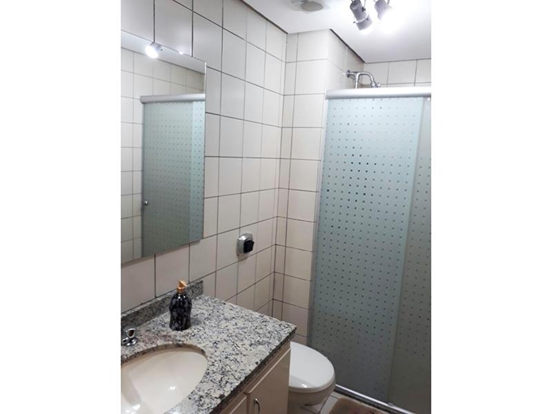 Ipiranga, Apartamento Padrão-Banheiro com piso de cerâmica, teto rebaixado, pia de granito com gabinete e box de vidro.