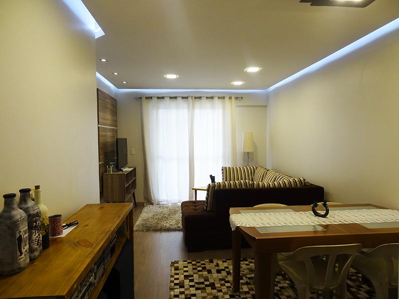 Ipiranga, Apartamento Padrão - Sala em L com piso laminado, teto rebaixado, iluminação embutida e acesso à sacada.