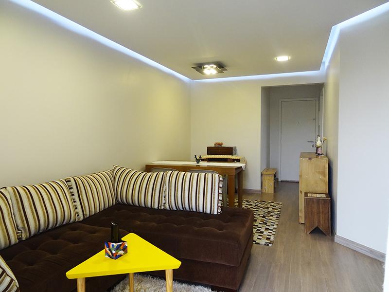 Ipiranga, Apartamento Padrão-Sala em L com piso laminado, teto rebaixado, iluminação embutida e acesso à sacada.