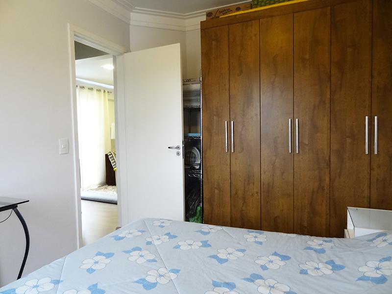 Ipiranga, Apartamento Padrão-Dormitório com piso laminado e teto com moldura de gesso.