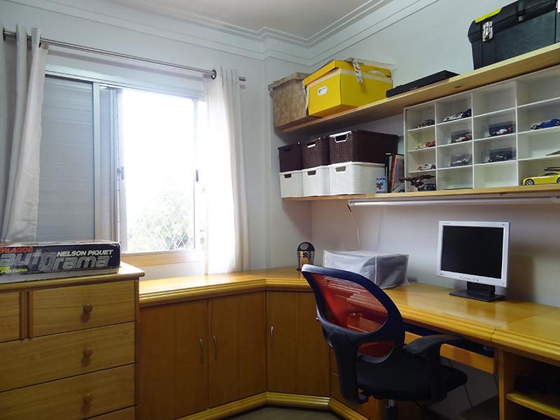 Ipiranga, Apartamento Padrão-Dormitório com piso laminado, teto com moldura de gesso e armário embutido.