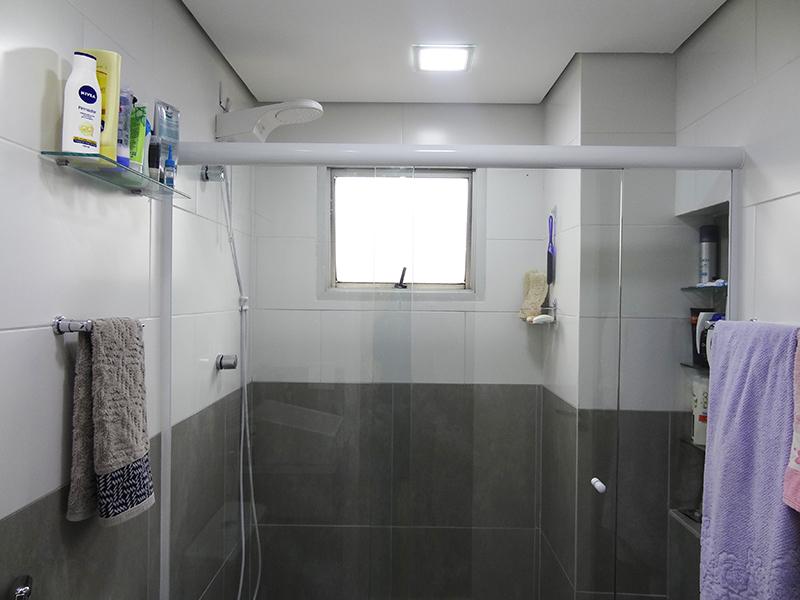 Ipiranga, Apartamento Padrão-Banheiro social com piso de porcelanato, teto rebaixado, iluminação embutida, pia com bancada de porcelanato cuba sobreposta e box de vidro.