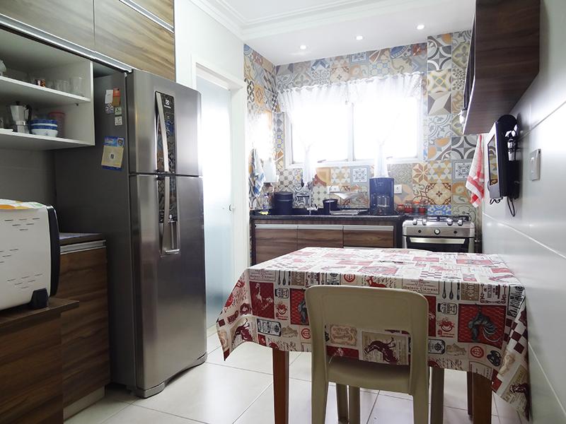 Ipiranga, Apartamento Padrão-Cozinha com piso de porcelanato, teto com sanca de gesso, iluminação embutida, ventilação externa, pia de granito com gabinete e armários planejados.