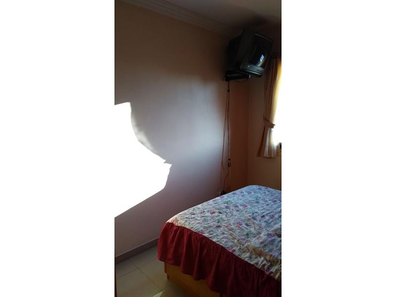 Sacomã, Apartamento Padrão-Suíte com piso de porcelanato, teto com moldura de gesso e armários.