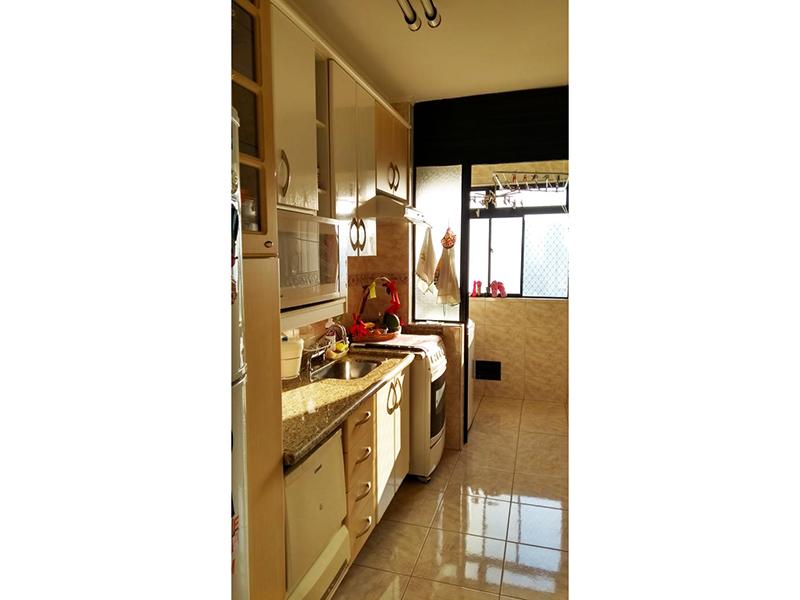 Sacomã, Apartamento Padrão-Cozinha com piso de cerâmica, teto com moldura de gesso, pia de granito com gabinete, armários e porta de vidro na passagem para a área de serviço.