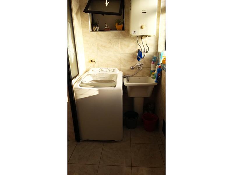 Sacomã, Apartamento Padrão-Área de serviço com piso de cerâmica, aquecedor de passagem e janela com tela de proteção.