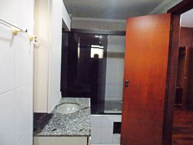 Ipiranga, Apartamento Padrão-Banheiro da suíte com piso de cerâmica,teto com moldura de gesso, gabinete, pia de mármore, box de vidro e banheira de hidromassagem.