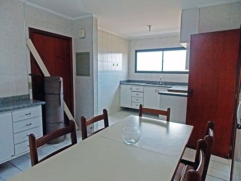 Ipiranga, Apartamento Padrão-Cozinha com piso de cerâmica, teto com moldura de gesso, armários planejados, gabinete, pia de granito e acesso a área de serviço.