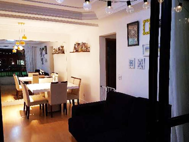 Sacomã, Apartamento Padrão-Sala retangular com piso laminado, teto com sanca de gesso, iluminação embutida e acesso à varanda.
