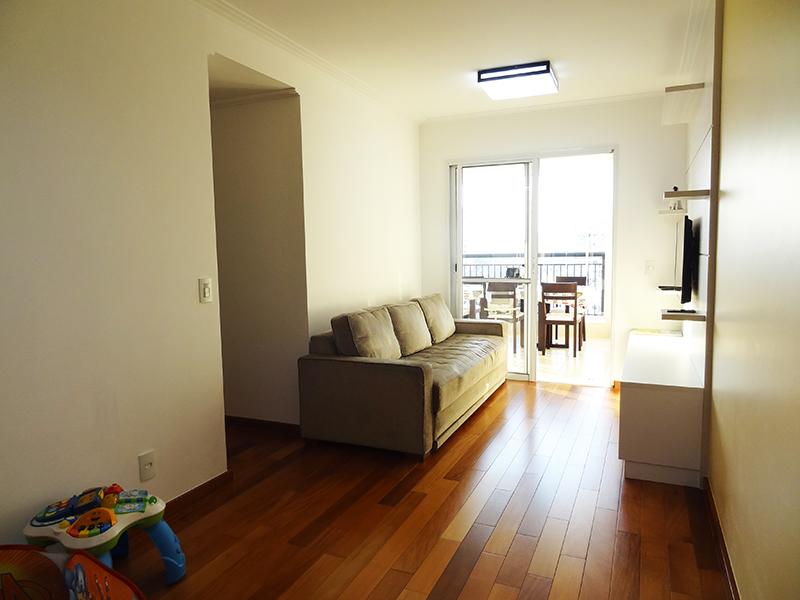 Ipiranga, Apartamento Padrão-Sala retangular com piso de madeira, teto com moldura de gesso e acesso à varanda.