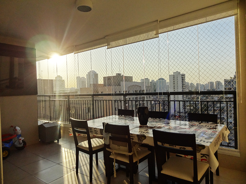 Ipiranga, Apartamento Padrão-Varanda envidraçada com piso de cerâmica e tela de proteção.