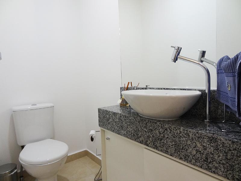 Ipiranga, Apartamento Padrão-Lavabo com piso de cerâmica, teto com moldura de gesso e pia com bancada de granito com cuba sobreposta de porcelana.