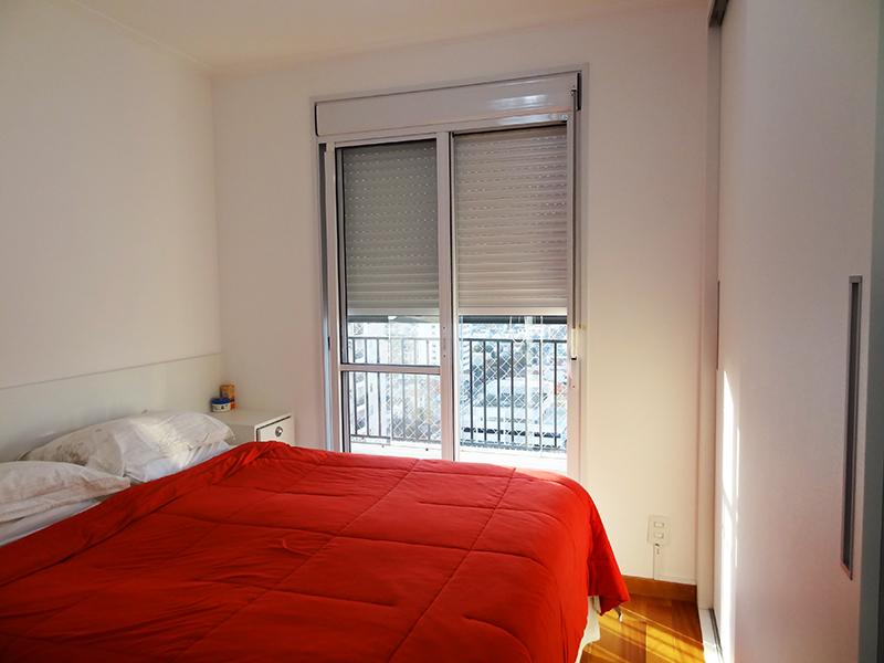 Ipiranga, Apartamento Padrão-Suíte com piso de madeira, teto com moldura de gesso e armários planejados.