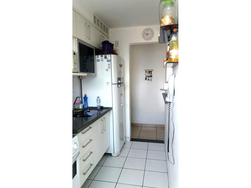 Sacomã, Apartamento Padrão-Cozinha com passa prato integrada com a área de serviço, piso de cerâmica, pia de granito com gabinete e armários.