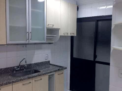 Jabaquara, Apartamento Padrão - Cozinha com piso de cerâmica, pia de granito, gabinete, armários planejados, porta de alumínio na passagem para área de serviço e teto com moldura de gesso.
