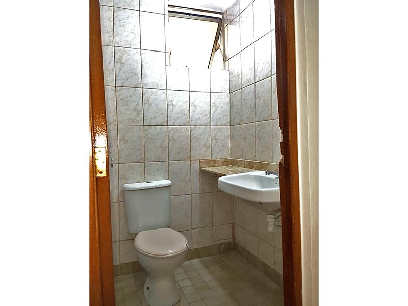 Sacomã, Apartamento Padrão-Banheiro social com piso de cerâmica, pia com bancada de mármore e cuba semi encaixe.