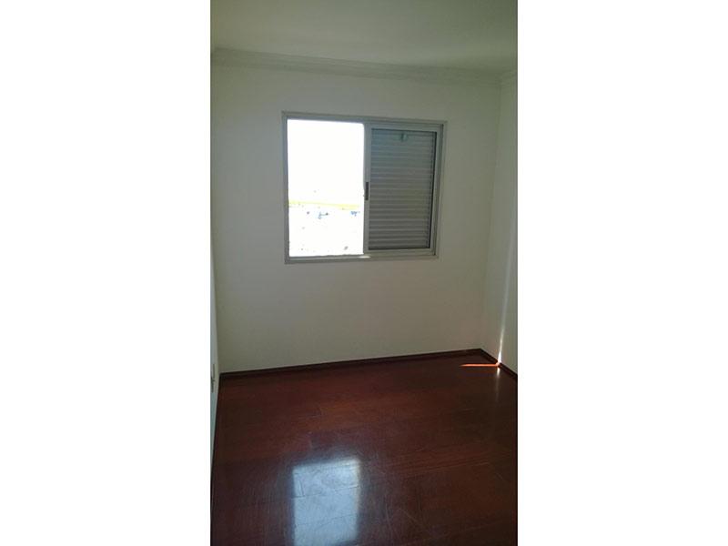 Ipiranga, Apartamento Padrão-Dormitório com piso de madeira e teto com moldura de gesso.