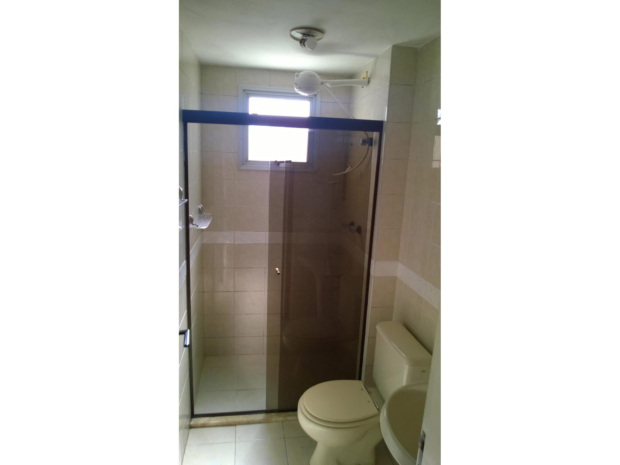 Ipiranga, Apartamento Padrão-Banheiro com piso de cerâmica, pia de porcelana e box de vidro.