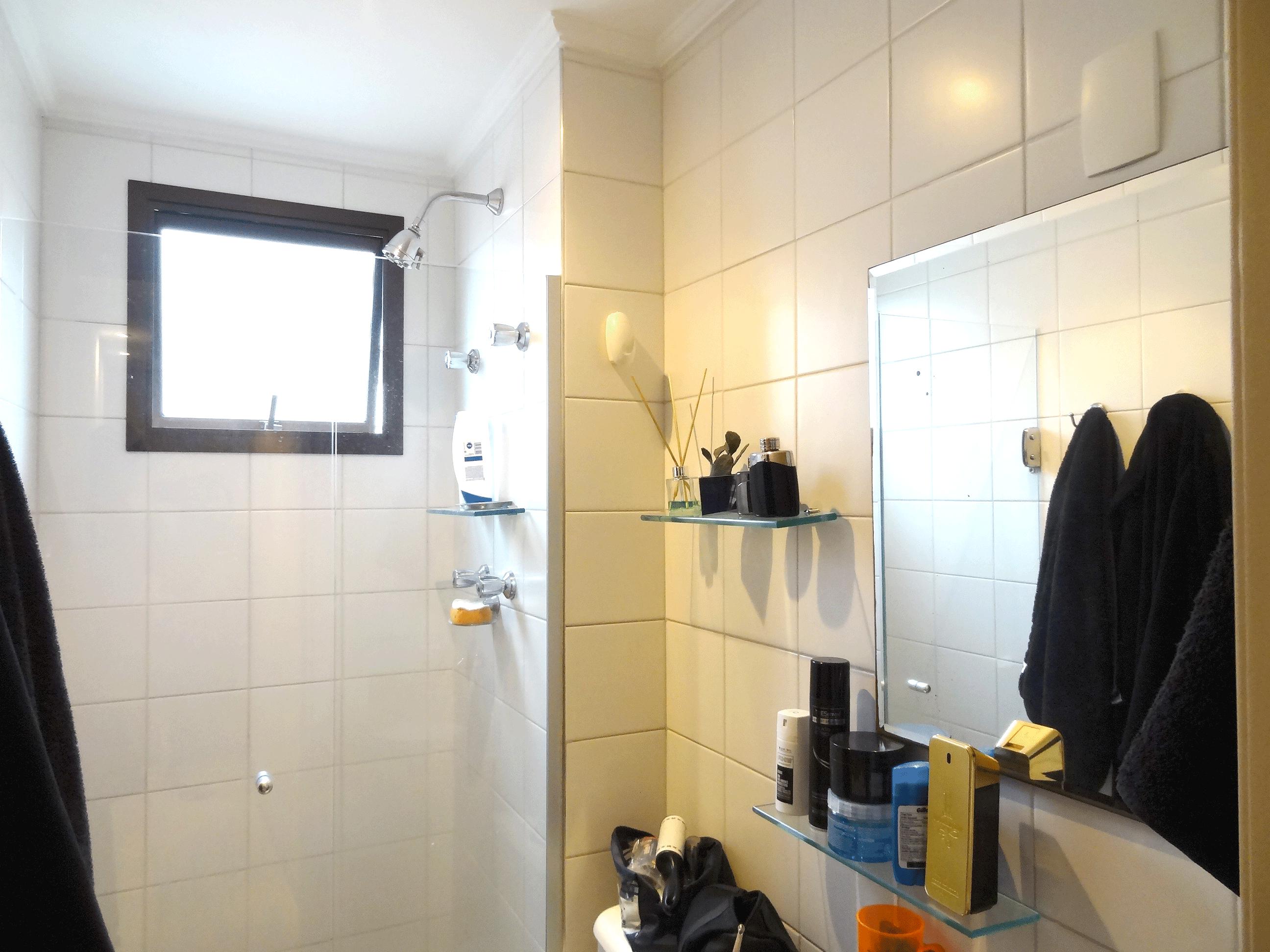Jabaquara, Apartamento Padrão-Banheiro social com piso de cerâmica, pia de granito, box de vidro e teto com moldura de gesso.