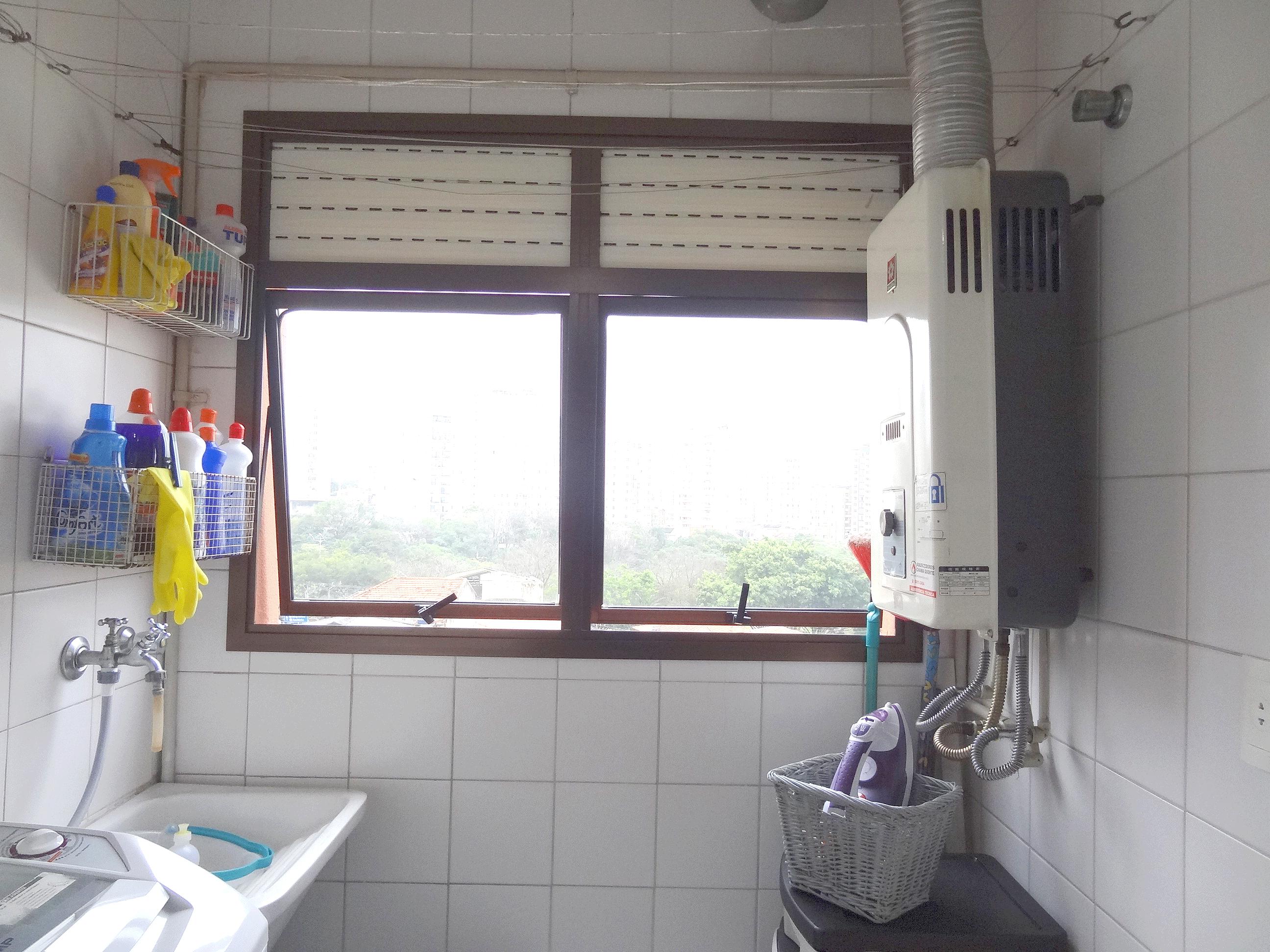 Jabaquara, Apartamento Padrão-Área de serviço com piso de cerâmica, aquecedor de passagem e teto com moldura de gesso.