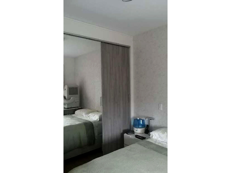 Sacomã, Apartamento Padrão-Dormitório com piso laminado e armários.