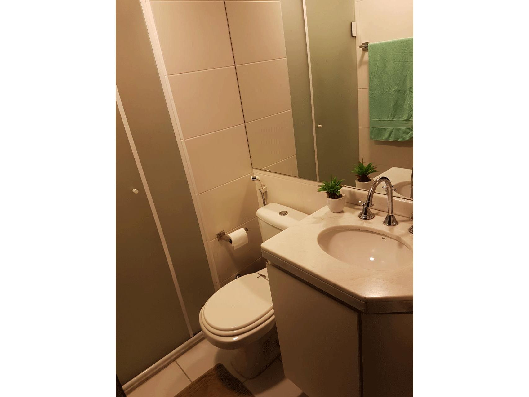Sacomã, Apartamento Padrão-Banheiro com piso de cerâmica, pia de mármore, gabinete e box de vidro.