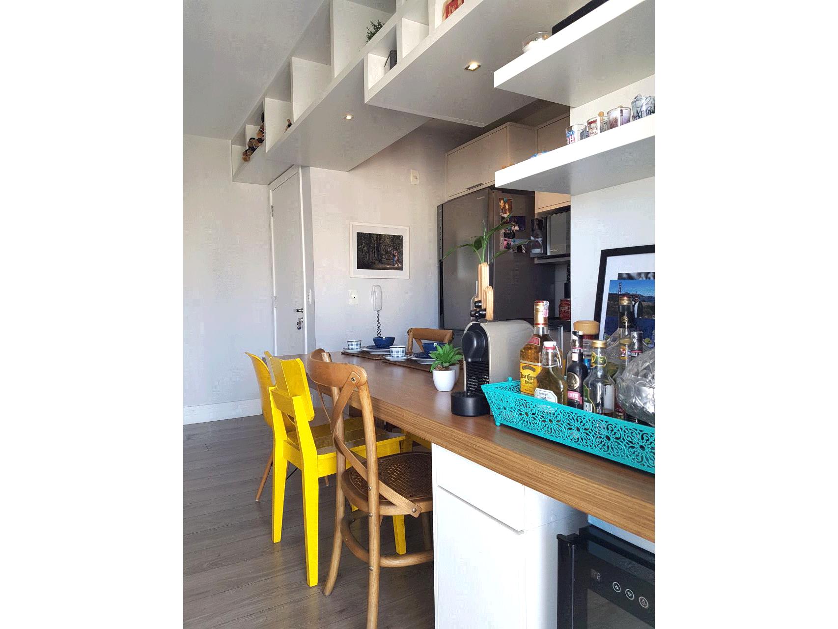 Sacomã, Apartamento Padrão-Cozinha integrada com a sala ampliada com piso de madeira, pia de mármore, gabinete e armários planejados.