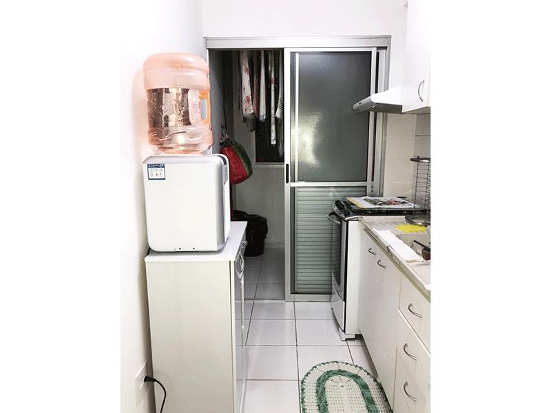 Sacomã, Apartamento Padrão-Cozinha com piso de cerâmica, pia de mármore, gabinete, armários planejados e porta de alumínio na passagem para a área de serviço.
