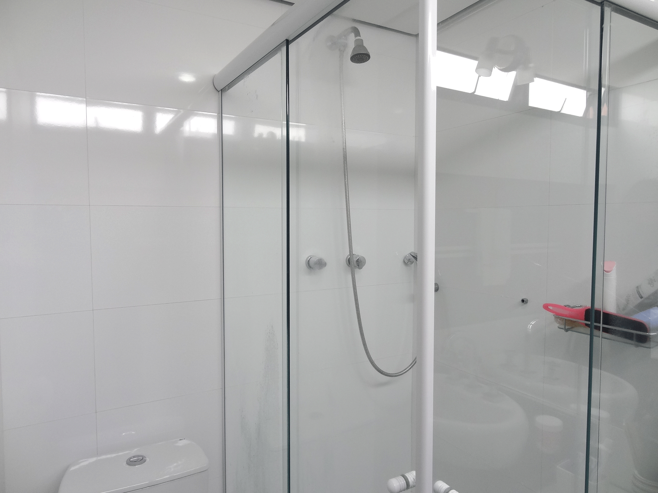 Jabaquara, Apartamento Padrão-Banheiro da suíte com piso de porcelanato, teto rebaixado, iluminação embutida, pia com cuba sobreposta, gabinete e box de vidro.