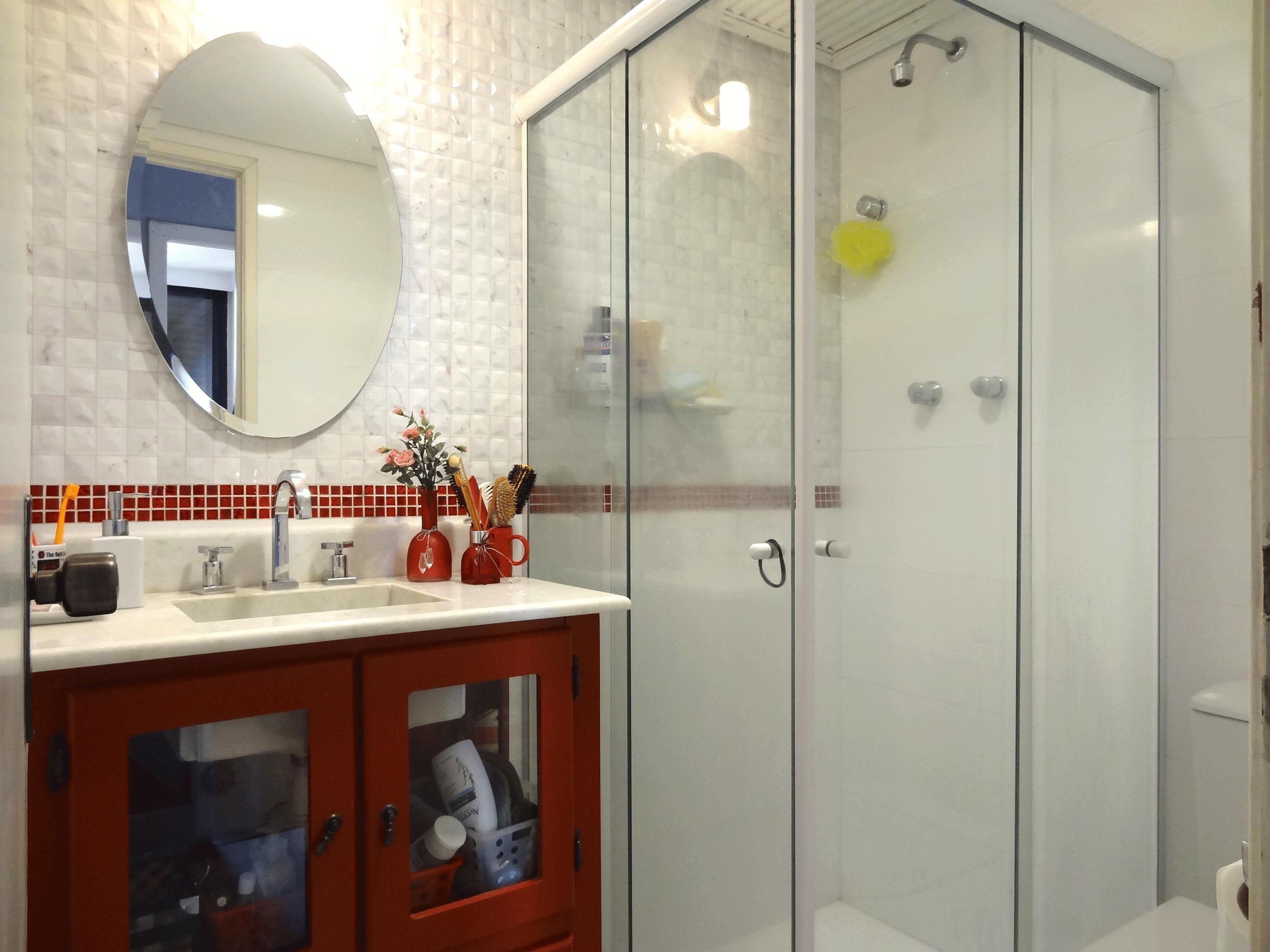 Jabaquara, Apartamento Padrão-Banheiro social com piso de porcelanato, pia com gabinete, box de vidro e teto com moldura de gesso.