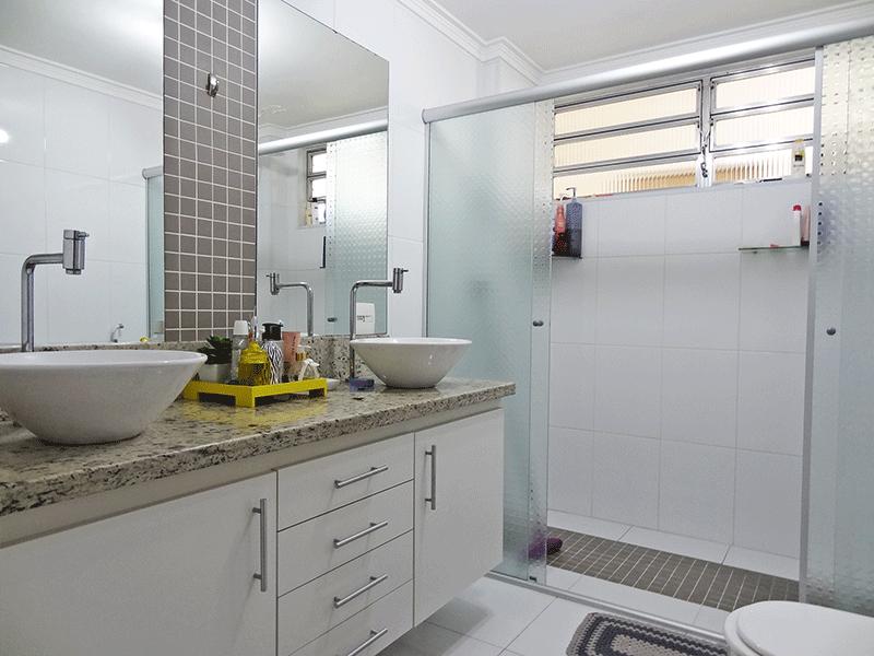Ipiranga, Apartamento Padrão-Banheiro social com piso de cerâmica, pia com bancada de granito, duas cuba sobrepostas, gabinete, box de vidro e teto com moldura de gesso.