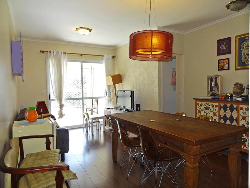 Ipiranga, Apartamento Padrão - Sala em L com piso laminado, teto com moldura de gesso e acesso à varanda.