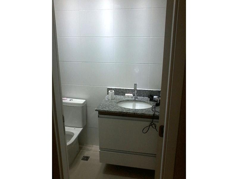 Ipiranga, Apartamento Padrão-Banheiro com piso de cerâmica e pia de granito com gabinete.